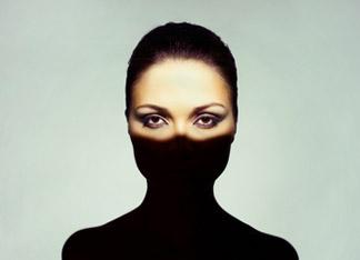femme au bas du visage cache