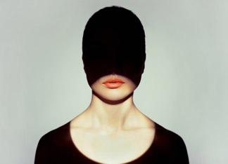 femme au visage caché